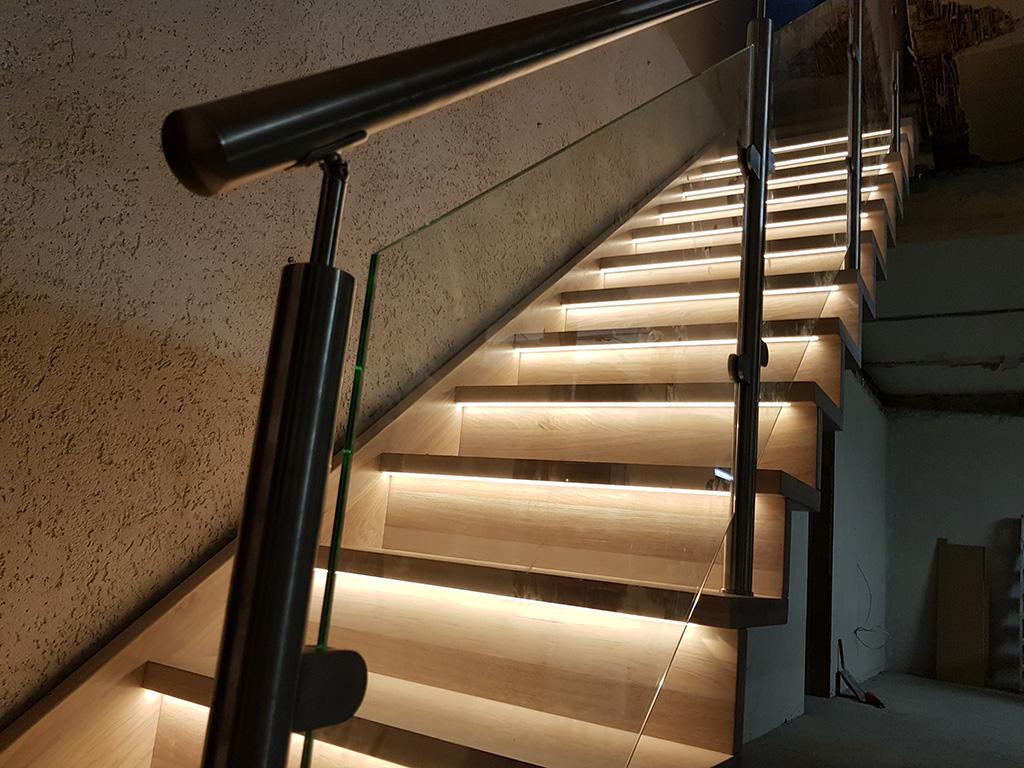 Holztreppen mit LED-Beleuchtung